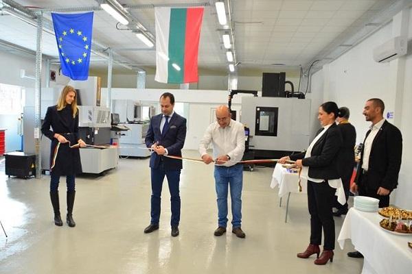 Кметът на Враца и управителят на ЛОМИНИ прерязаха лентата по случай откриването на завода